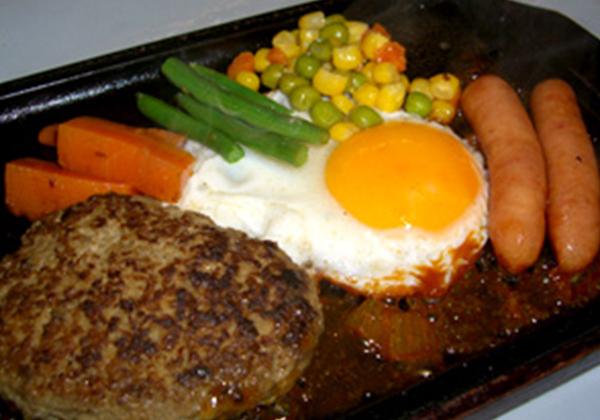 米沢牛ハンバーグと目玉焼きウィンナーセット